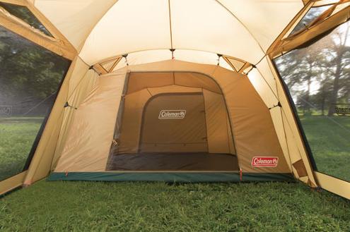 寝室、リビングとテントのかなで部屋が2つに仕切られている